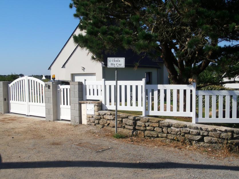 Clôture en PVC et Portail assorti réalisés à Arradon