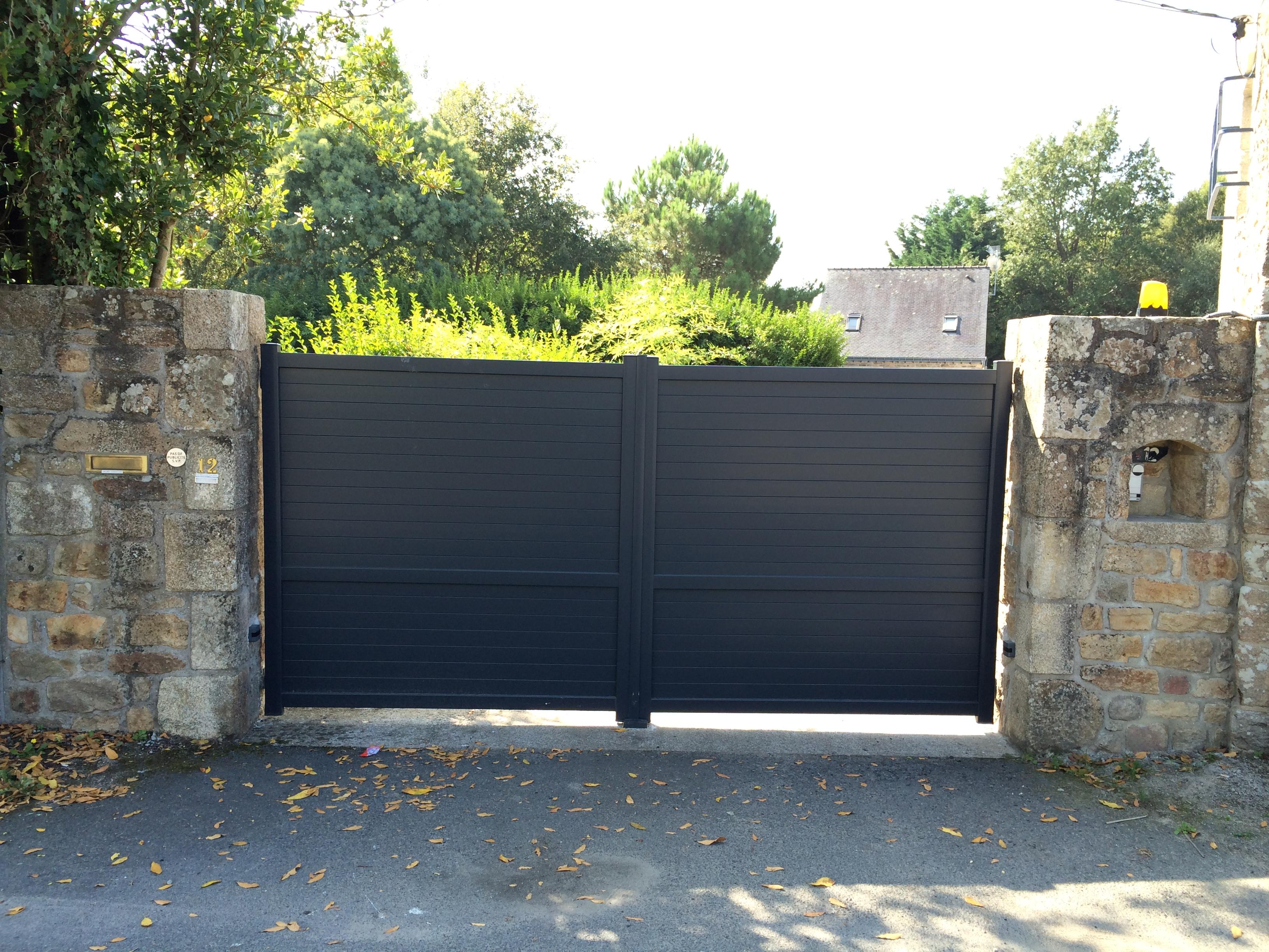 Portail Aluminium plein 2 vantaux réalisé au Bono