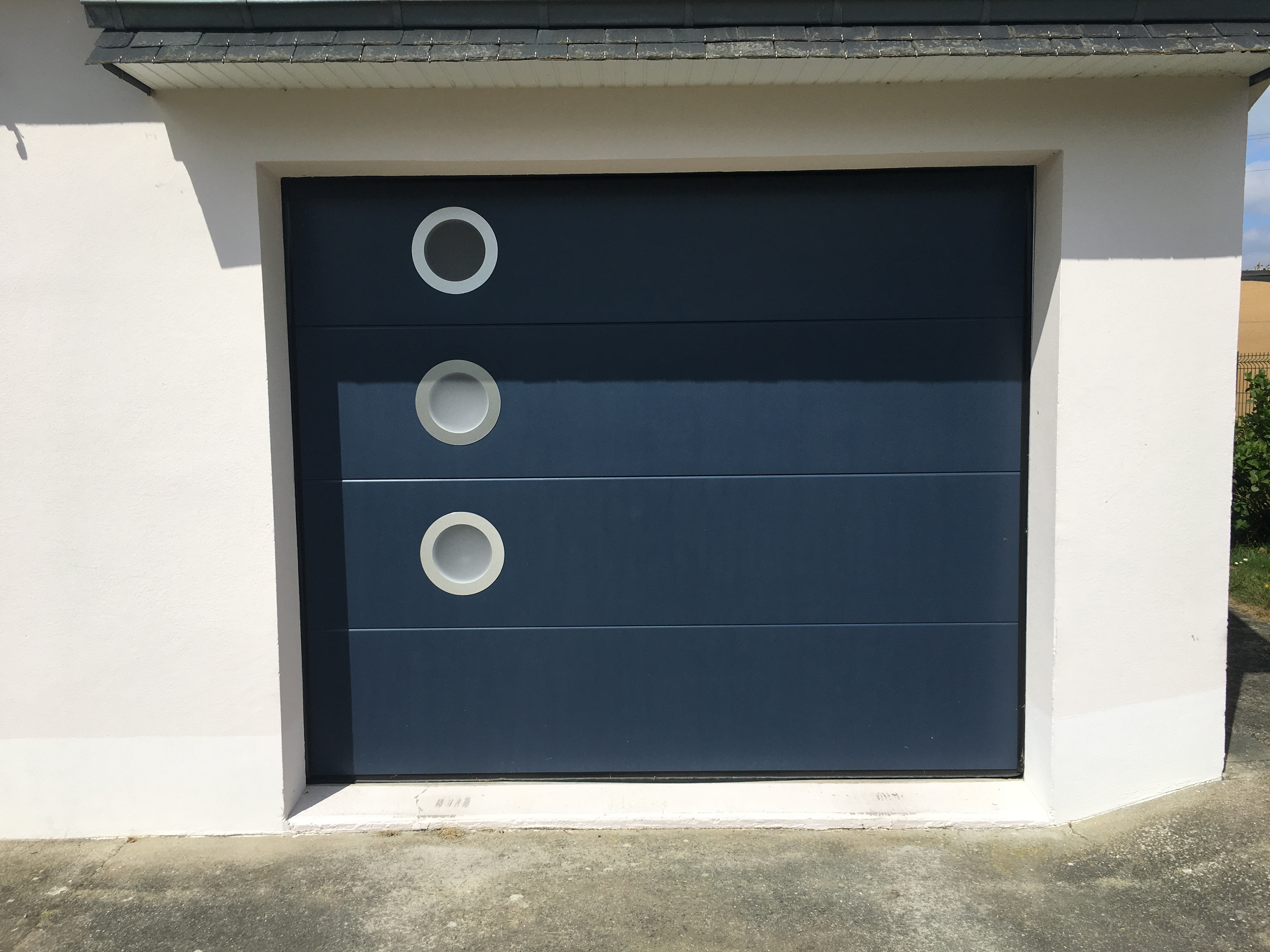 Porte de garage sectionnelle réalisée à Brech