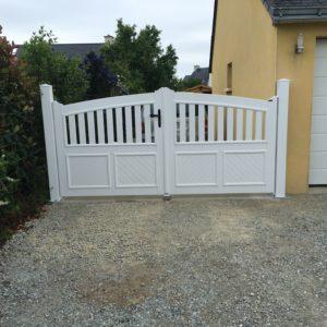 Portail PVC cadre intégré