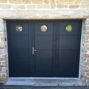 Porte de garage battante 3 vantaux avec hublots