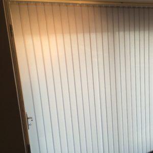 Store Bandes verticales réalisé à Plougoumelen