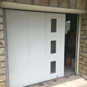 Porte de garage à déplacement latéral avec hublots